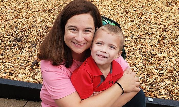Maddox és édesanyja az első óvodai napon